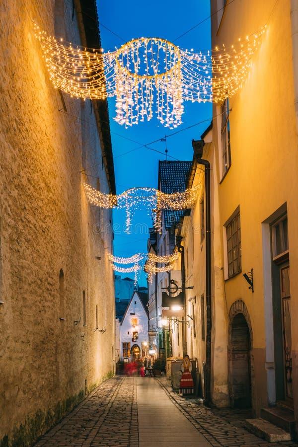 爱沙尼亚塔林 Raekoja街看法在圣诞节新年Xmas欢乐照明光的 免版税图库摄影