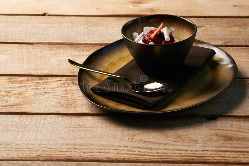 爱沙尼亚甜点心卡马用酸奶奶油甜点,野生的莓果 免版税库存图片