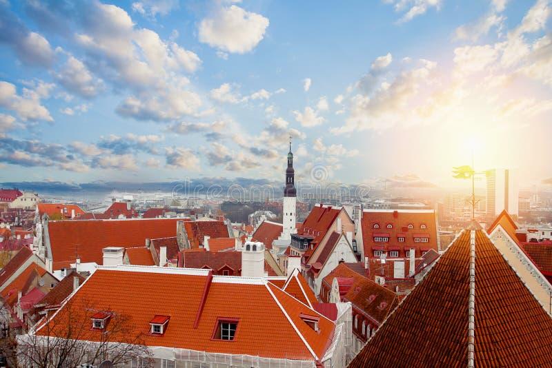 爱沙尼亚老塔林城镇 反对云彩天空背景的红色屋顶 库存图片