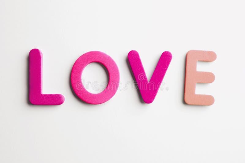 爱消息大模型与木信件的在空的白色背景 消息文字的浪漫大模型背景 库存照片