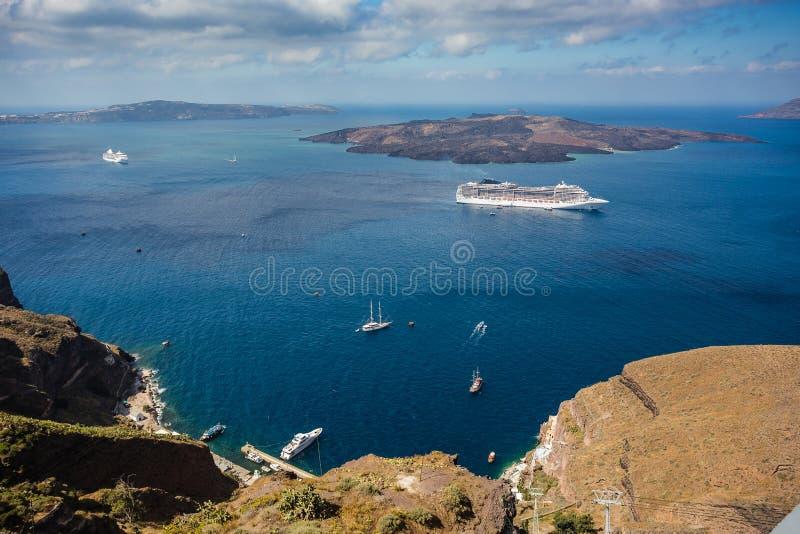 爱琴海出色的意见从Fira的在圣托里尼,希腊 游轮、小船和破火山口在深能被看见 免版税库存图片