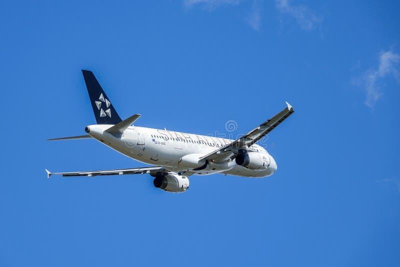 爱琴海航空公司,星空联盟,空中客车A320 - 200离开 免版税库存照片