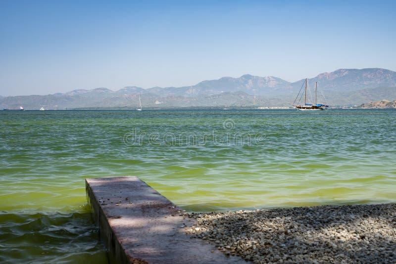 爱琴海,在距离的山 土耳其的海岸 免版税库存图片