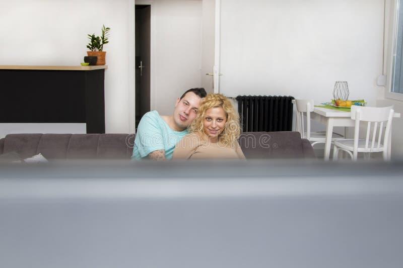 爱电视注意的夫妇 免版税图库摄影