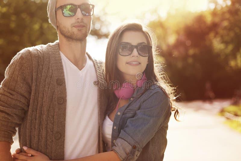 爱的夫妇户外 免版税库存图片