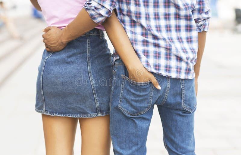 爱的少年 走的男孩和的女孩拥抱和户外 库存照片
