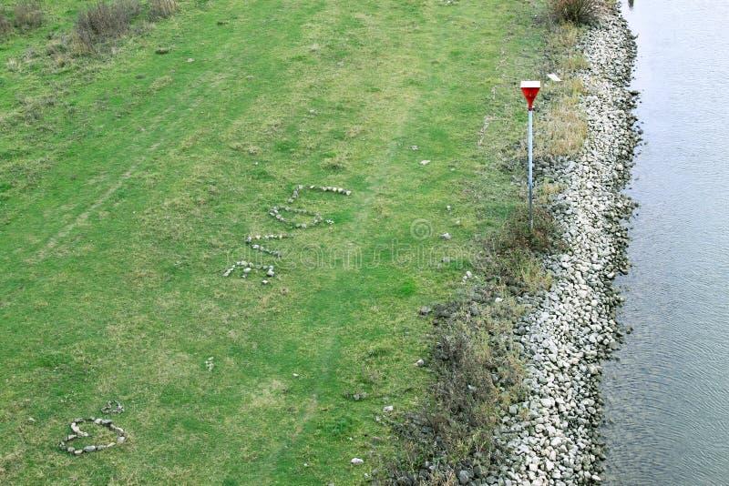 爱的心脏,由小卵石制成,在荷兰洪泛区 免版税库存图片