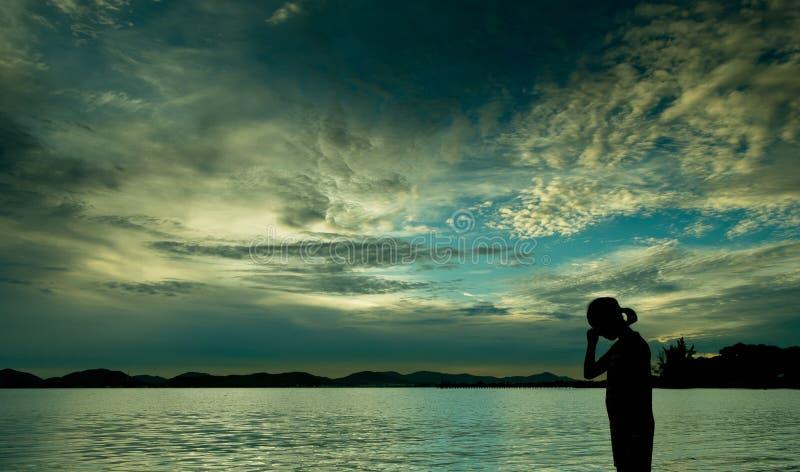 爱的情感从阴影的在海滩 免版税图库摄影