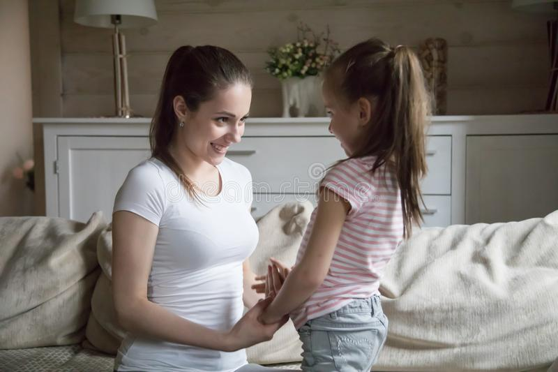 爱的母亲和女儿一起在客厅 免版税库存图片