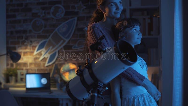 爱的母亲和女儿观看的星一起 图库摄影