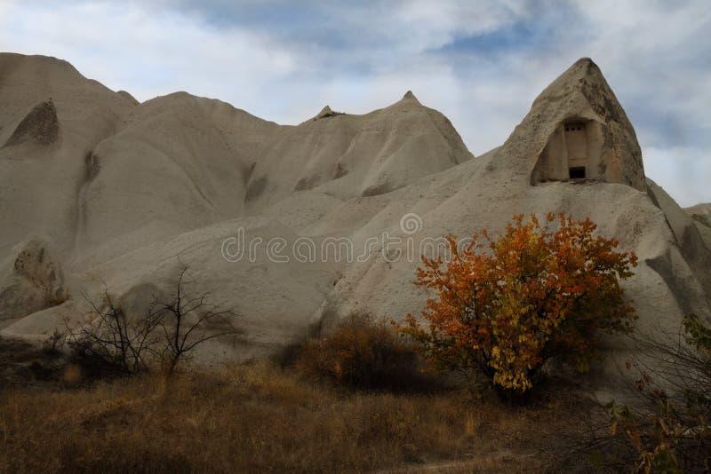 爱谷在Goreme村庄,土耳其 农村卡帕多细亚风景 免版税库存图片