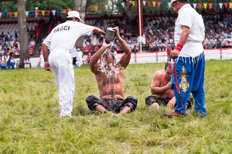 爱迪尔内,土耳其- 2010年7月26日:得到橄榄油的摔跤手在搏斗传统的Kirkpinar的竞争前 库存照片
