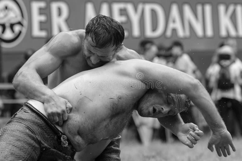 爱迪尔内,土耳其- 2010年7月26日:摔跤手土耳其pehlivan在搏斗传统的Kirkpinar的竞争 库存图片