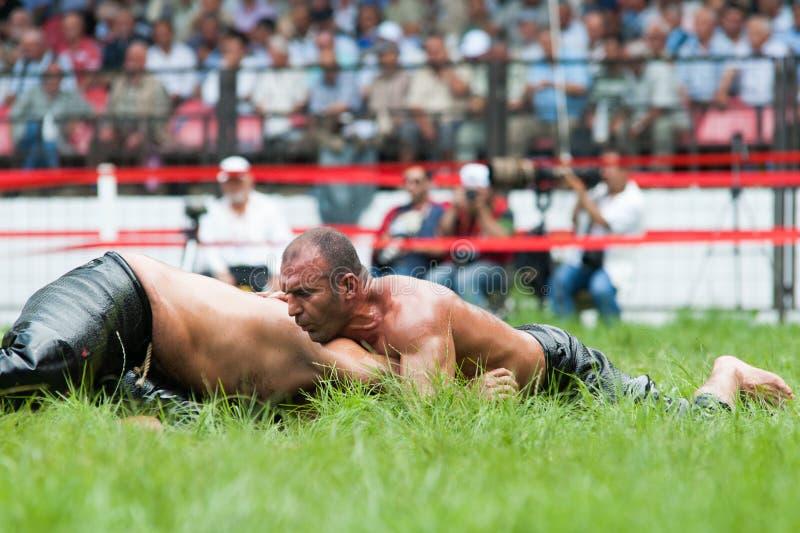 爱迪尔内,土耳其- 2010年7月26日:摔跤手土耳其pehlivan在搏斗传统的Kirkpinar的竞争 免版税库存图片