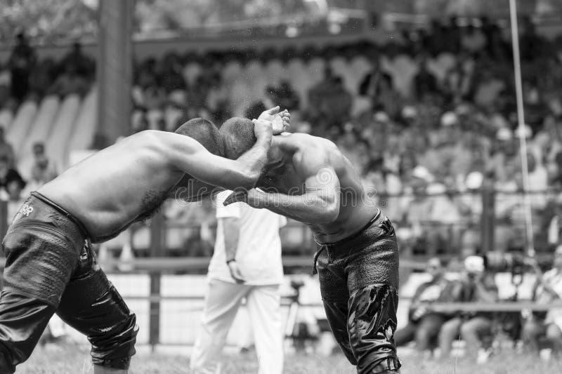 爱迪尔内,土耳其- 2010年7月26日:摔跤手土耳其pehlivan在搏斗传统的Kirkpinar的竞争 库存照片
