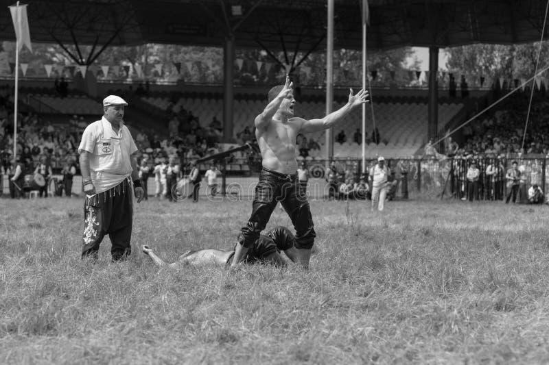 爱迪尔内,土耳其- 2010年7月26日:摔跤手土耳其pehlivan在搏斗传统的Kirkpinar的竞争 Kirkpinar是T 库存图片