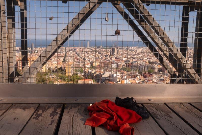 爱锁和被抛弃的妇女的衣物在老桥梁 自杀和绝望概念 库存照片