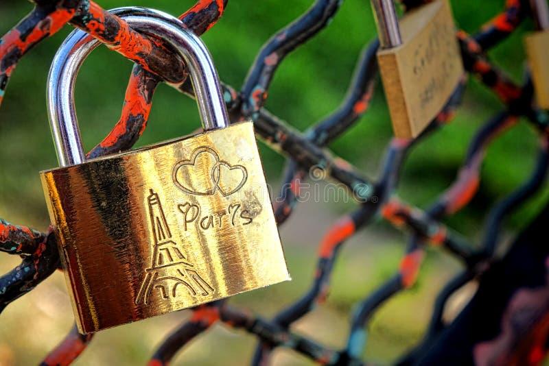 巴黎爱锁在公园篱芭的甜心挂锁 免版税库存图片