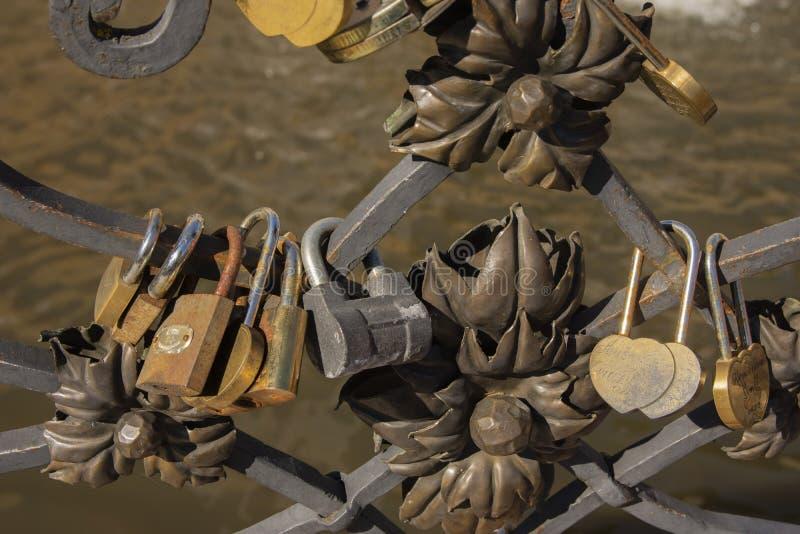 爱锁桥梁婚礼站点在立陶宛公园 免版税库存照片