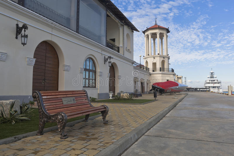 爱长凳在海洋驻地疆土的在城市索契 库存图片