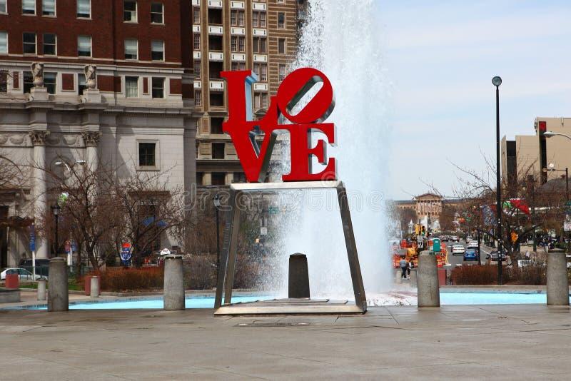 爱雕塑,费城,宾夕法尼亚,在喷泉前面 库存图片