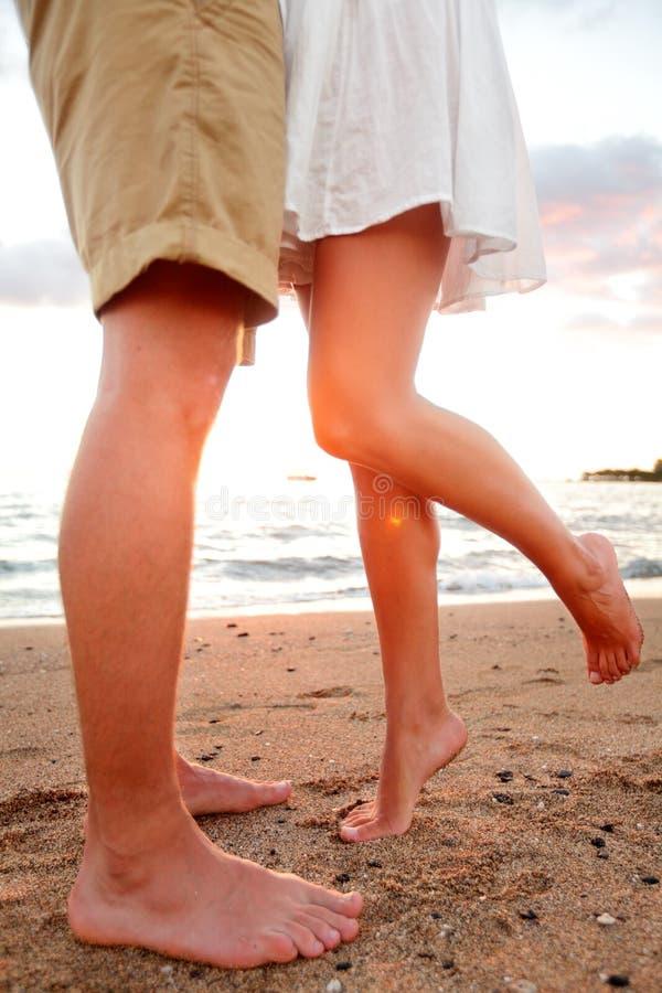 爱-在海滩亲吻的浪漫夫妇约会 图库摄影