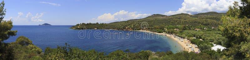 爱琴海美丽的海湾全景有沙滩的 库存图片