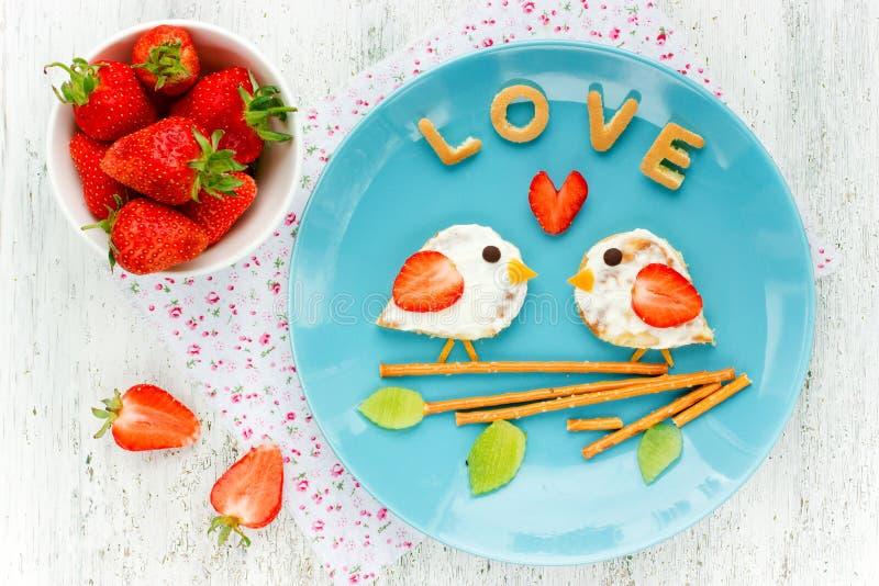 爱从薄煎饼的鸟三明治与奶油和草莓 免版税库存图片