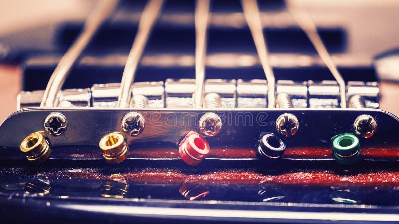 爵士乐低音吉他的串 免版税库存照片