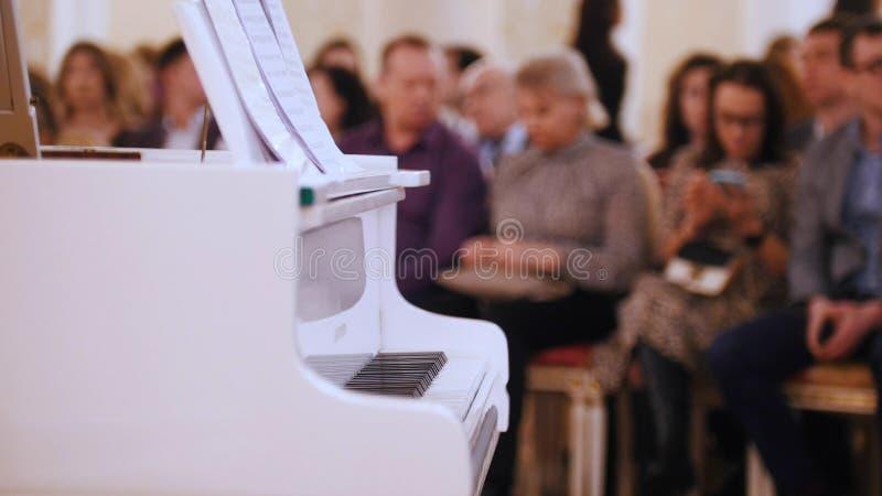 爵士乐音乐会在音乐厅里 钢琴和观众在背景 图库摄影