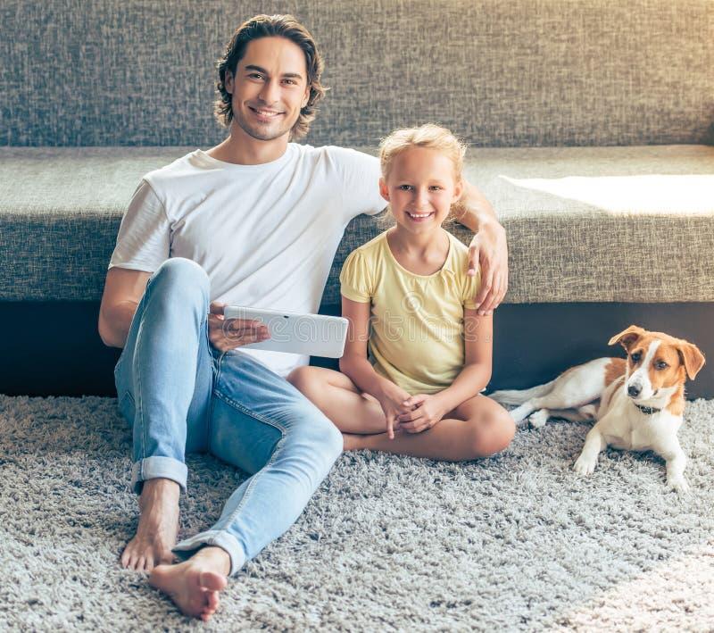 父亲、女儿和狗 免版税库存照片