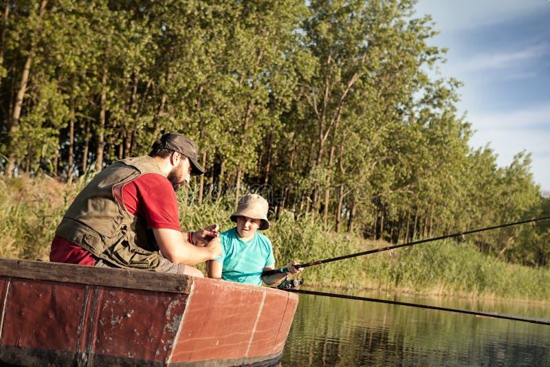 父亲一起捕鱼儿子 免版税库存照片