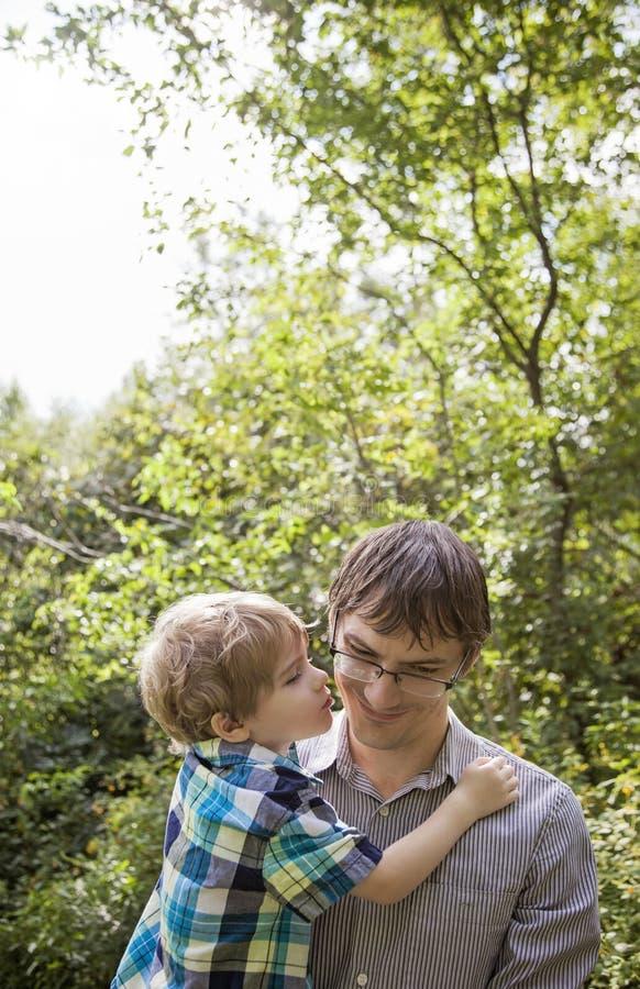 给父亲亲吻的孩子 库存图片