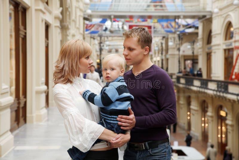 父亲他们母亲的儿子一起 免版税库存照片