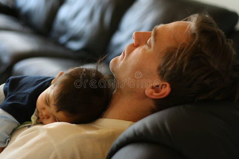 父亲休眠的儿子 免版税图库摄影