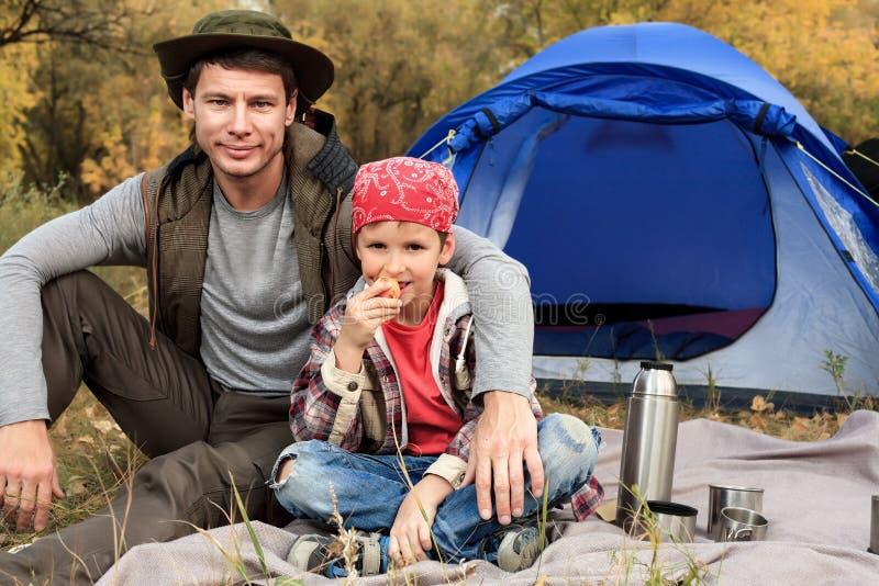 Download 父亲儿子 库存照片. 图片 包括有 享用, 白种人, 设备, 本质, 乡下, 愉快, 中间, 人们, 乐趣 - 22355880