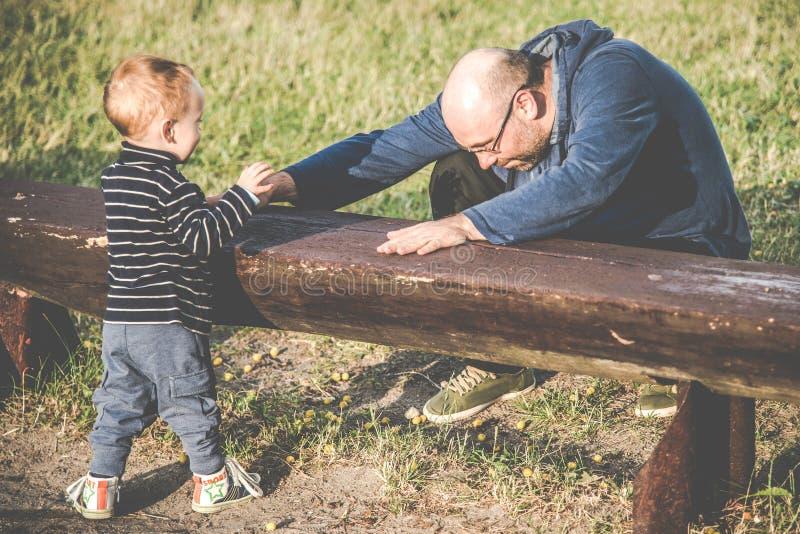 父亲和他儿子玩 库存图片