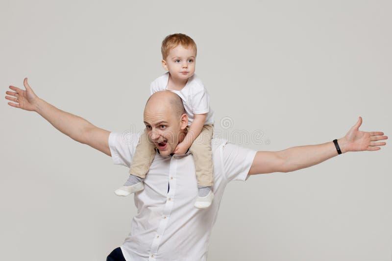 父亲和他的儿子,培养孩子,概念画象的年轻人 免版税库存图片