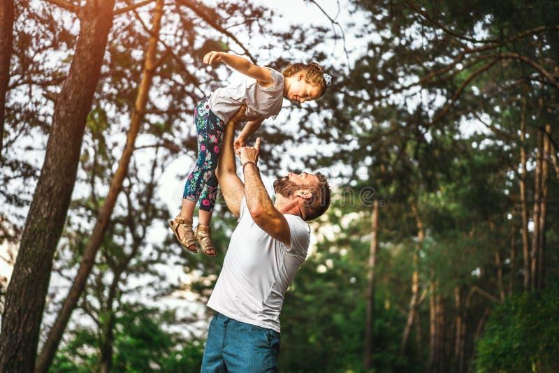 父亲和他的女儿获得室外的乐趣 图库摄影