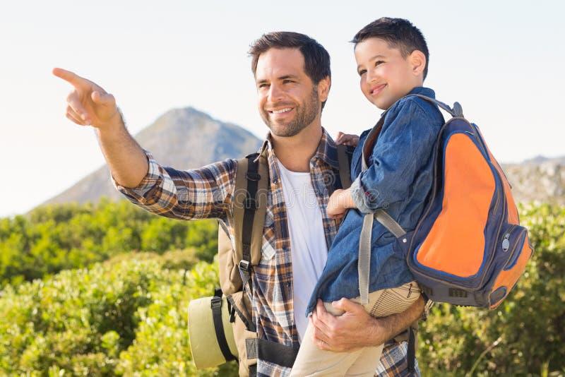 父亲和儿子一起远足的 免版税图库摄影