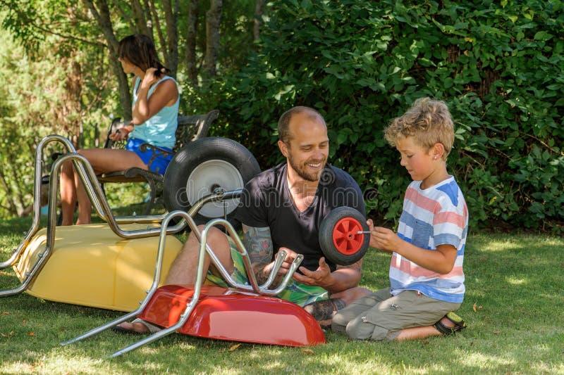 父亲和儿子修建 库存照片