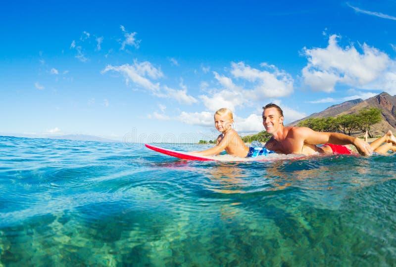 父亲和儿子冲浪 免版税库存照片