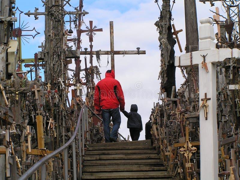 父亲和儿子在十字架中 免版税库存照片