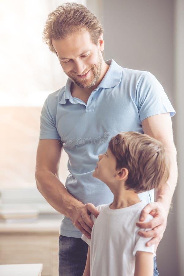 父亲和儿子在厨房里 库存照片