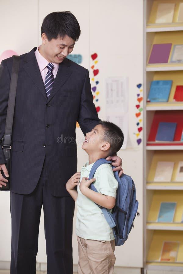 父亲和儿子在学校教室 库存照片