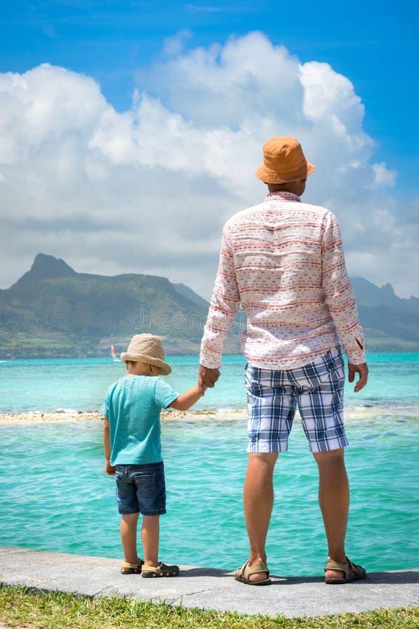 父亲和儿子在海边 库存照片