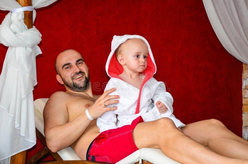 父亲和儿子在温泉中心 库存照片
