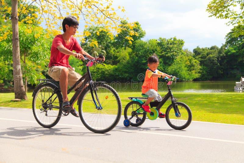父亲和儿子循环 库存图片