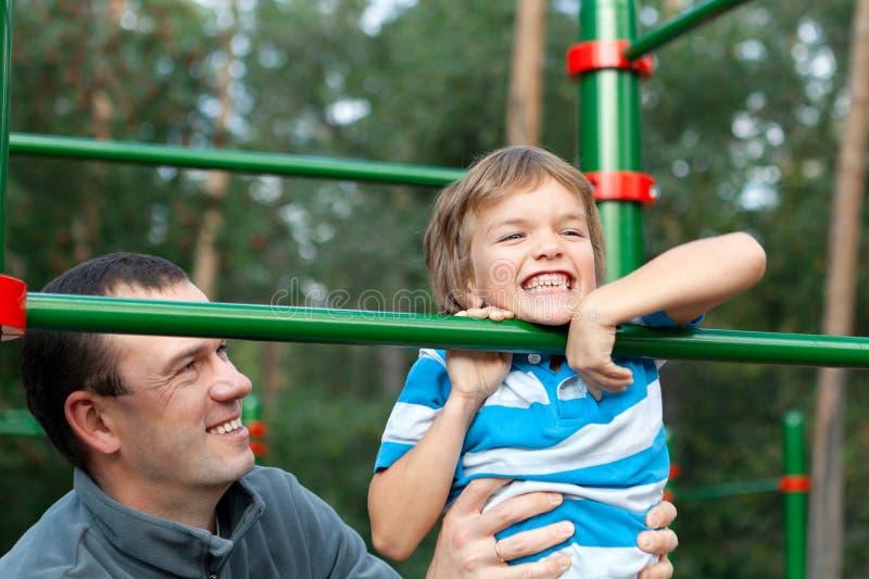 父亲和儿子戏剧体育 免版税库存照片