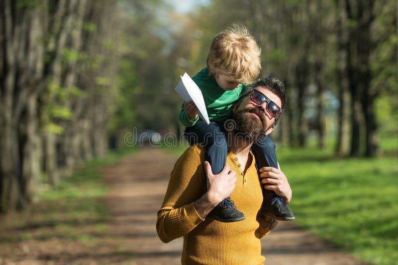 父亲和儿子戏剧室外游戏 小孩通过与父亲的比赛学会并且开发 捉住飞行的精神 库存照片